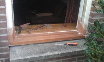 Reparatie van het houtwerk van een raamkozijn.